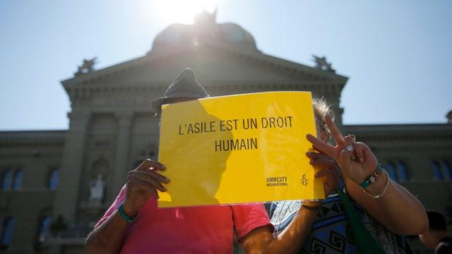 """Placat che di """"L'asil è in dretg uman""""."""