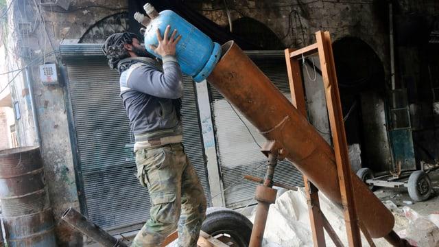 Ein Kämpfer der FSA beim Laden eines Granatwerfers Marke Eigenbau.