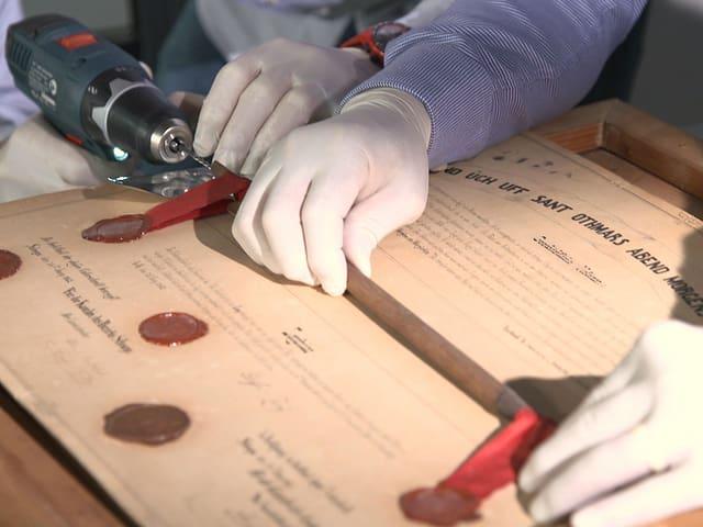 Holzpfeil auf einer historischen Urkunde
