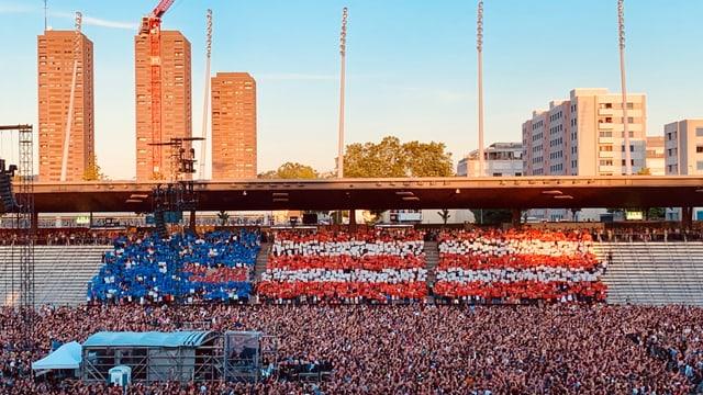 Star-Spangled Banner: Die Schweizer Fans ehrten ihre Lieblingsband mit einer gelungenen Choreografie.