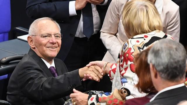 Claudia Roth (Bündnis 90 / Die Grünen) gratulescha a Wolfgang Schäuble (CDU).