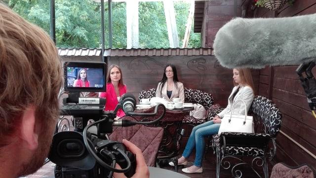 Ein Kameramann hat Olga Li im Bild.