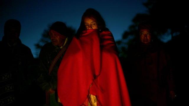 Maya-Frau, in ein rotes Tuch eingehüllt.