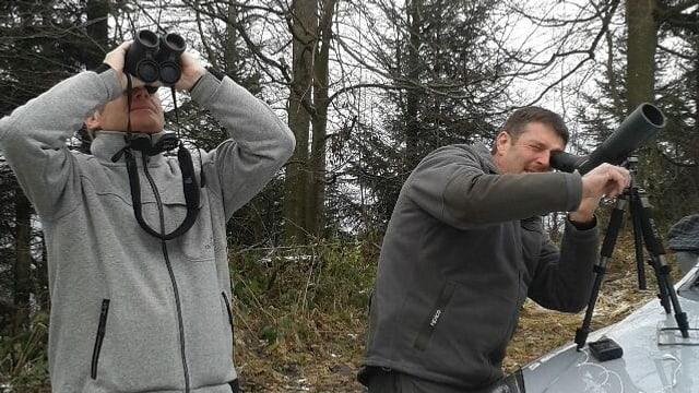 Alois Bissig und Werner Durrer am Stanserhorn am Wildbeobachten.