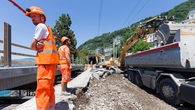 Bauarbeiter auf Bahntrassee