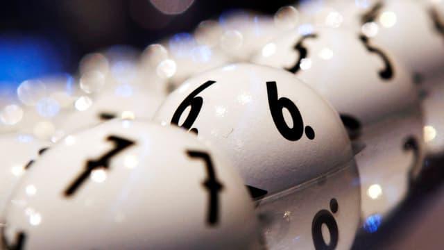 Viele Lottokugeln, vorne die Kugeln 6 und 7.