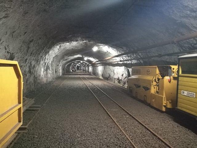 In tunel en il Gonzen cun trais binaris in dasper l'auter.