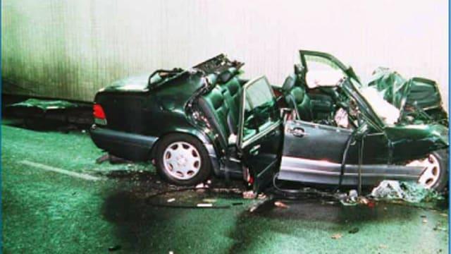 Der Unfallwagen, ein zerstörter Mercedes.