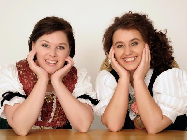 Die beiden Jodlerinnen lachen zufrieden in die Kamera.