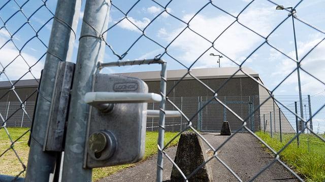 Gittertür zum Hof der JVA Lenzburg