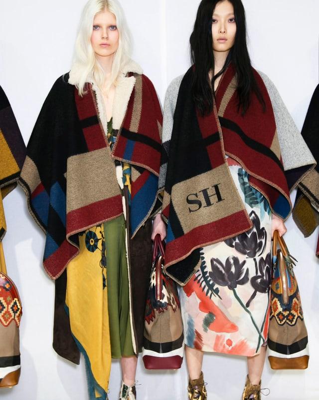 zwei Models mit Decken auf der Schulter