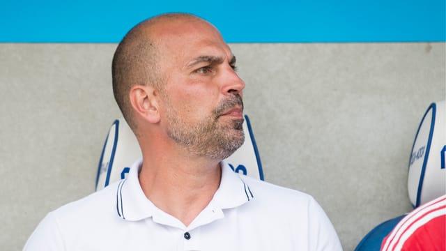 Markus Babbel sitzt angespannt auf der Trainerbank.