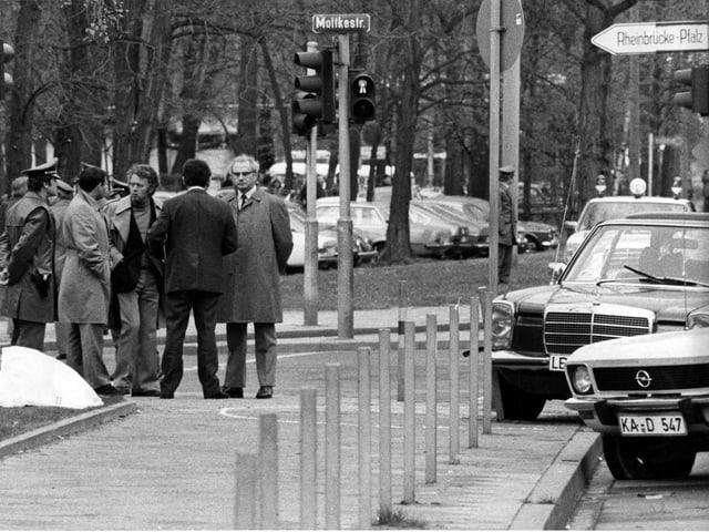 Der Leichnam von Generalbundesanwalt Siegfried Buback liegt unter einer weissen Decke.