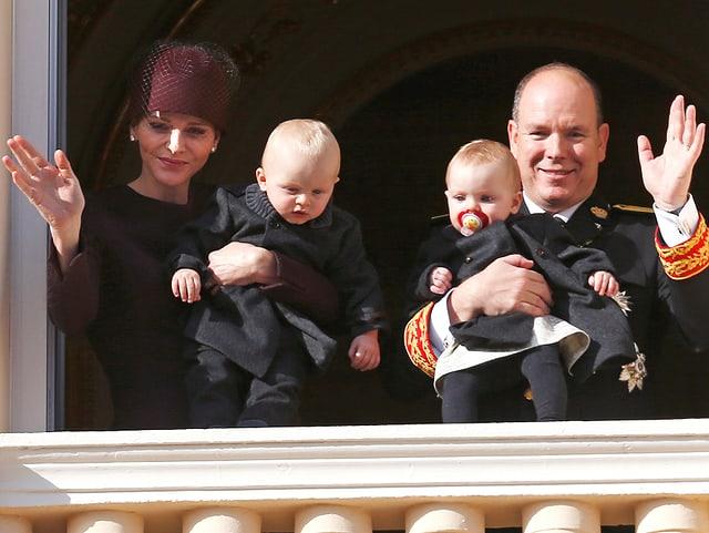 Charlene und Albert auf dem Balkon mit den Zwillingen im Arm