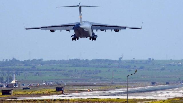 Ein US-Transportflugzeug im Landeanflug.