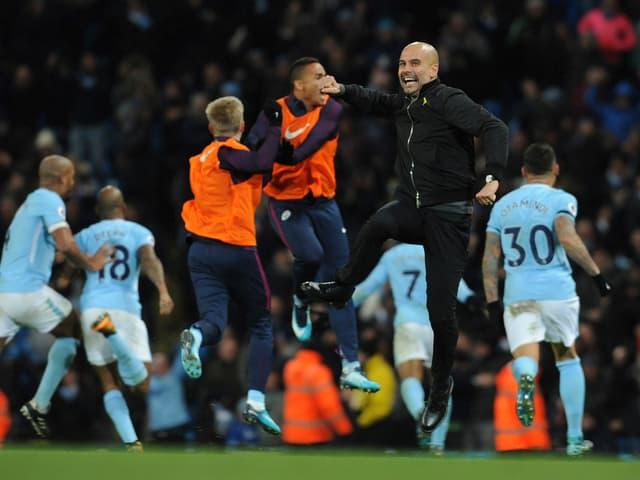 Pep Guardiola springt nach einem Tor in die Höhe.