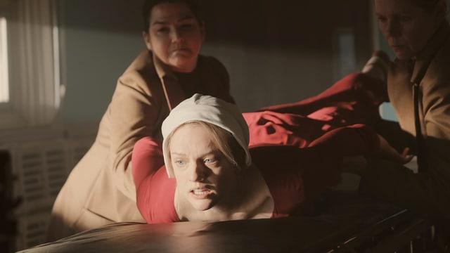 Elisabeth Moss glänzt als June, die als Magd unterdrückt wird.