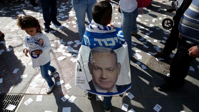 Kinder tragen Netanjahu-T-Shirts und Flaggen.