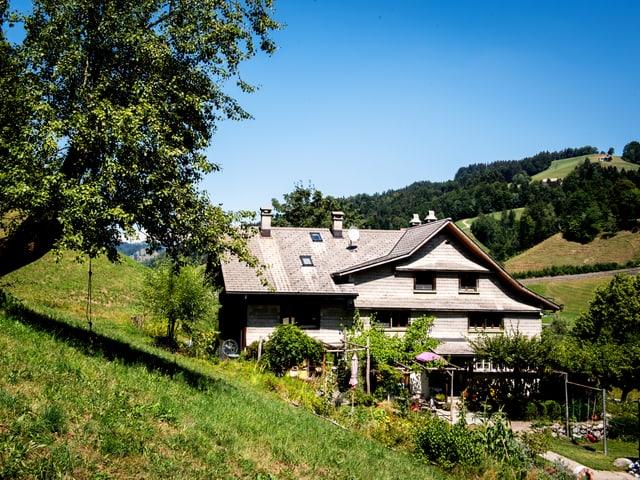 Ein alleinstehendes Haus auf dem Land.