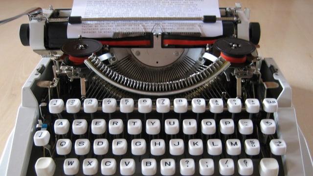Eine alte Typenhebel-Schreibmaschine ohne Frontabdeckung.