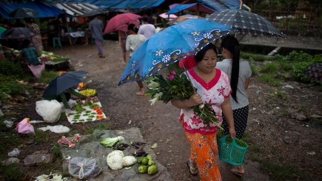 EIne Frau mit Schirm in Burma.
