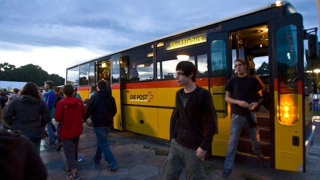 Postauto mit offenen Türen, Leute steigen aus