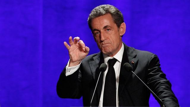 Sarkozy an einem Rednerpult.