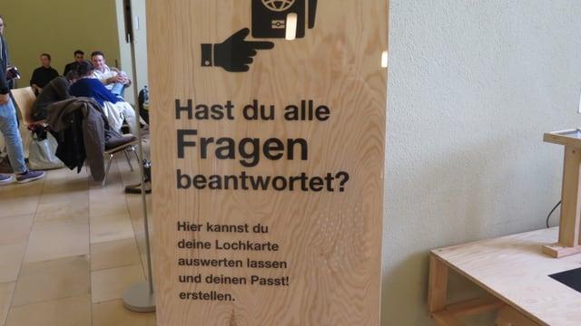 Eine der Holzboxen mit Fragen.