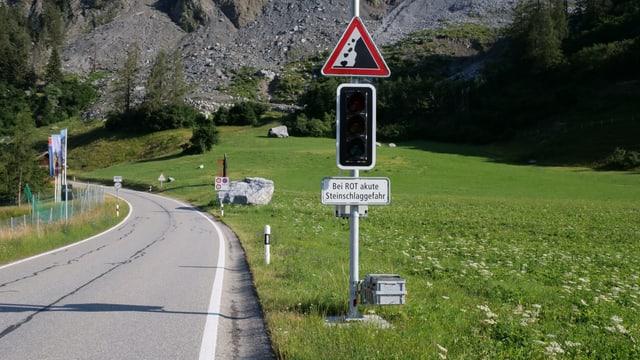 Ampel und Steinschlag-Schild auf der Kantonsstrasse vor Brienz.