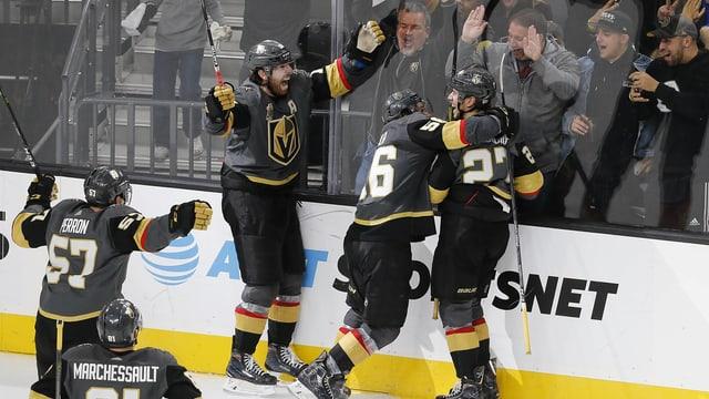 Spieler der Vegas Golden Knights freuen sich über ein Tor.