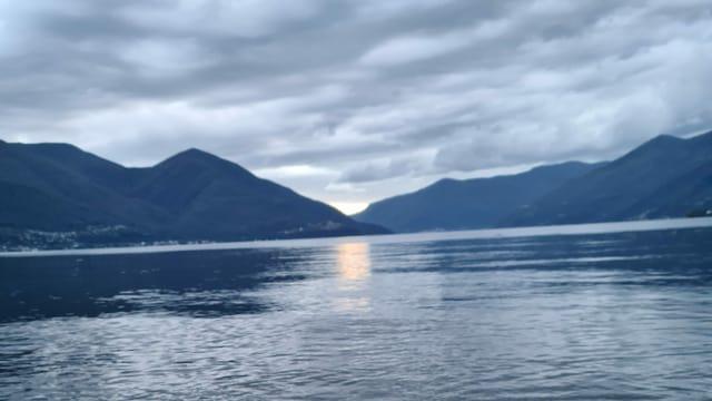 Blick über den grauen Lago Maggiore