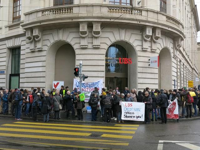 Haupteingang der UBS, samt vielen Demonstrierenden.