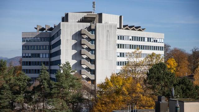 Blick auf das Bettenhochhaus des Zieglerspitals