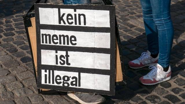 Plakat. Darauf steht: Kein meme ist illegal.