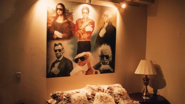 Ein Schlafzimmer. Am Kopfende Poster. Mit Michael Jackson leutendes Idol.