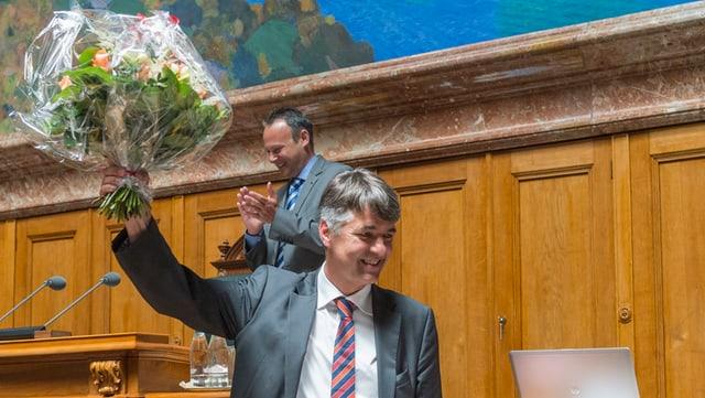 Alec von Graffenried mit Blumenstrauss im Nationalratssaal.