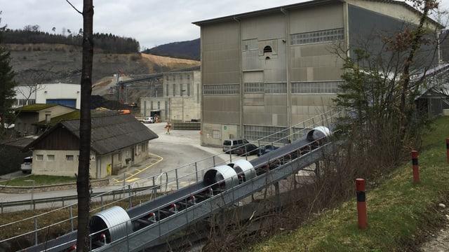 Zementfabrik, im Hintergrund Steinbruch