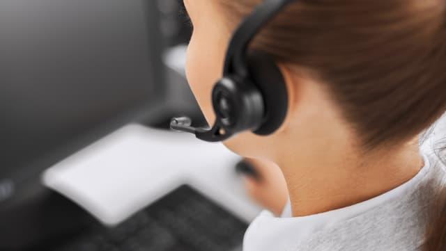 Eine Frau mit einem Kopfhörer.