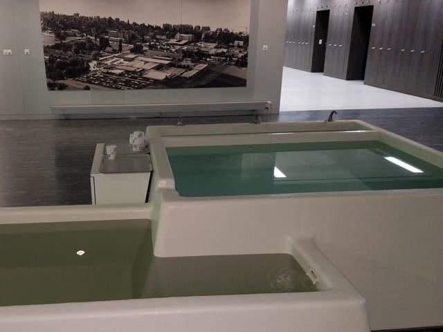 Zwei Wasserbecken in einem Raum