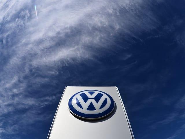 Das VW-Logo sticht in den Himmel.
