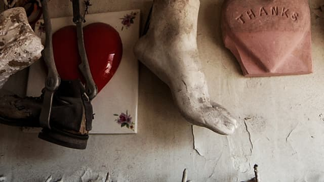 Materialen des Instrumentenbaus: Eine Prothese, eine Fuss einer Statue, ein Tonherz.