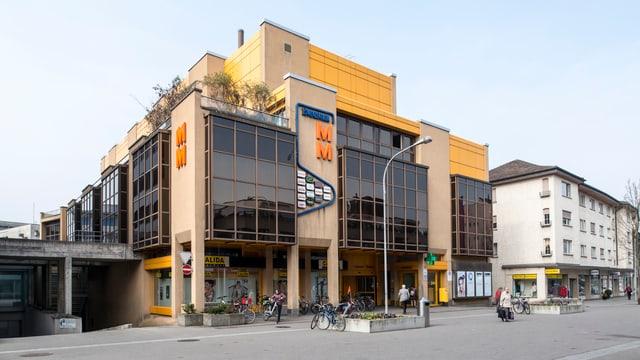 Ein Einkaufszentrum mit Migros und Post.