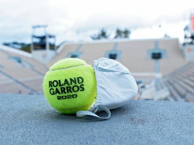 Ein Ball mit einer Hygienemaske.