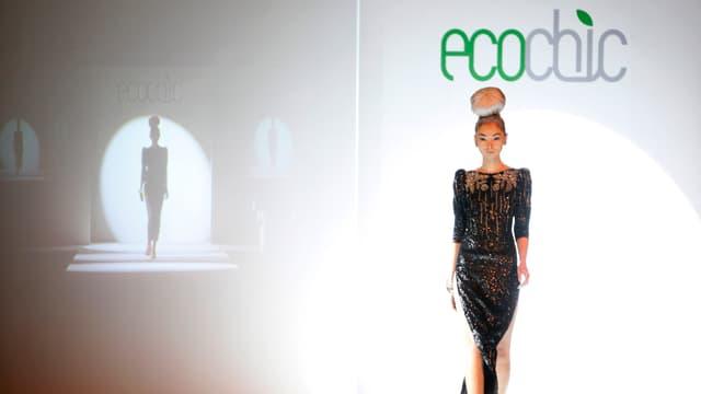Ein Mannequin präsentiert Mode auf der Modenschau EcoChic in Shanghai.