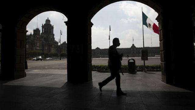 Ein Mann in Mexiko-Stadt mit einer Maske.