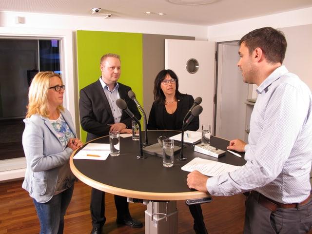 Bruno Eisenhut im Gespräch mit drei Ausserrhoder Politiker.