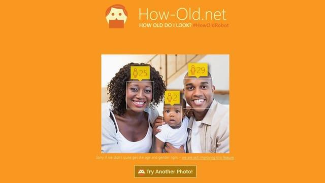 """Eltern mit einem Kind, über deren Köpfen Geschlecht und Alter dargestellt werden - die Frontseite von Microsofts """"How Old""""."""