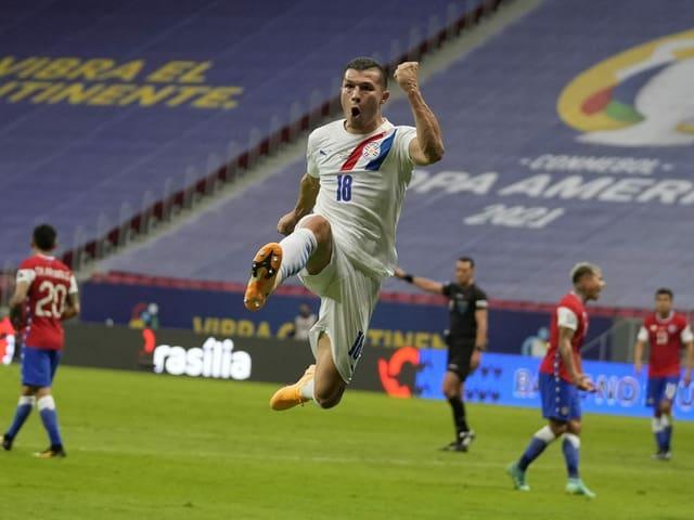 Paraguays Braian Samudio freut sich über seinen Treffer zum 1:0 gegen Chile.