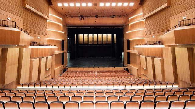 Moderner Theatersaal mit unzähligen Sesseln.