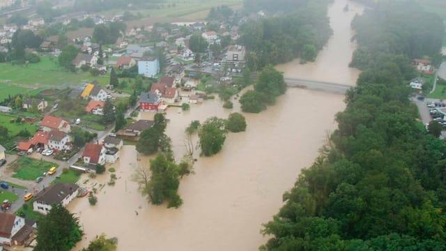 Luftaufnahme von den überschwemmten Gebieten im Niederamt 2005, Häuser unter Wasser.